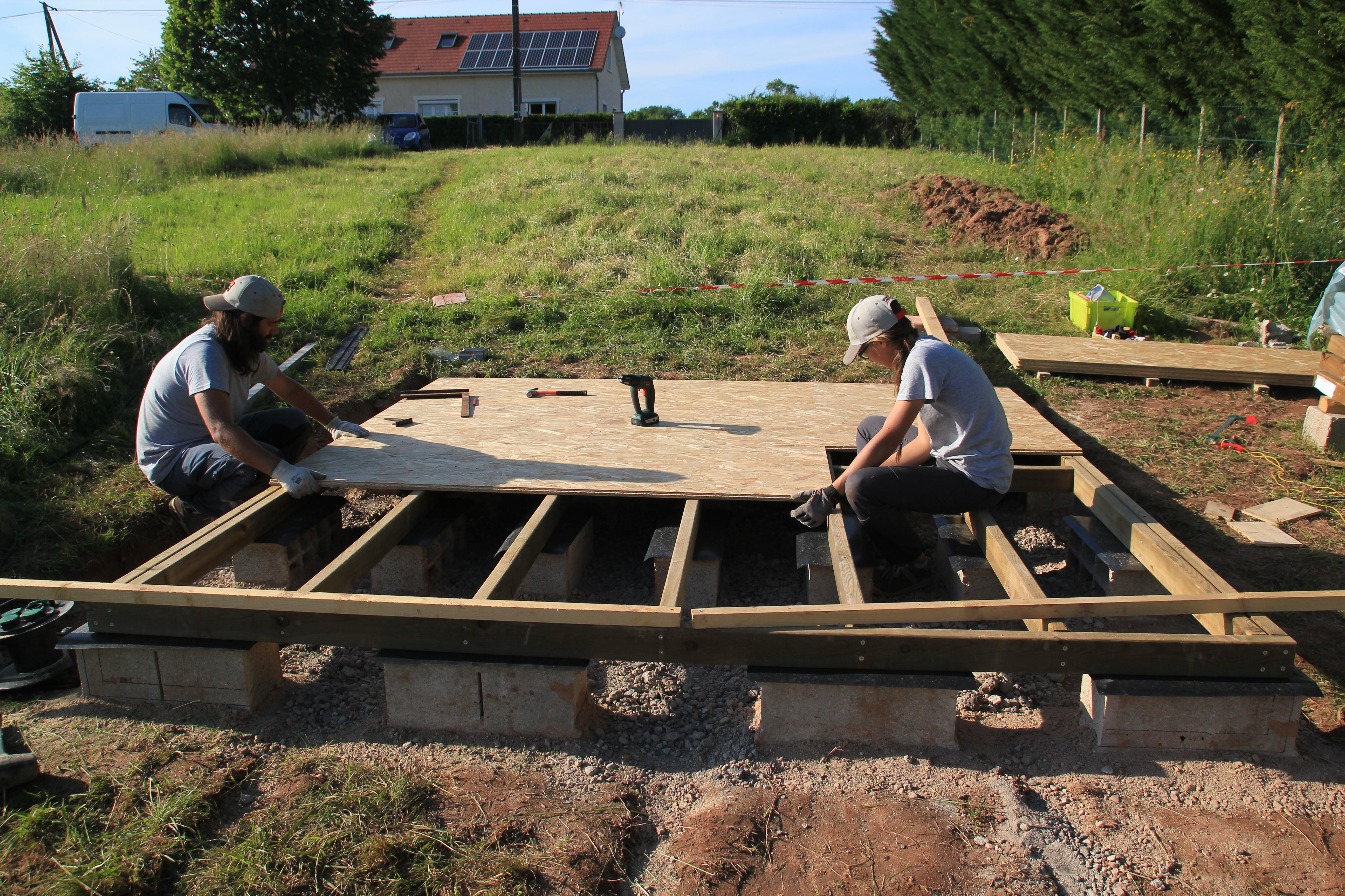 abri de jardin dalle beton ou pas ... sur une solive et surtout pas dans le vide. Les deux extrémités des  dalles OSB doivent reposer sur la même solive et pouvoir être vissées à  celle-ci.