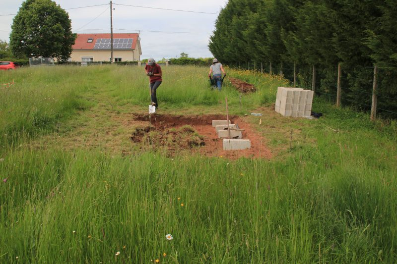 Mise à niveau du terrain pour les fondations en parpaing de l'abri de jardin