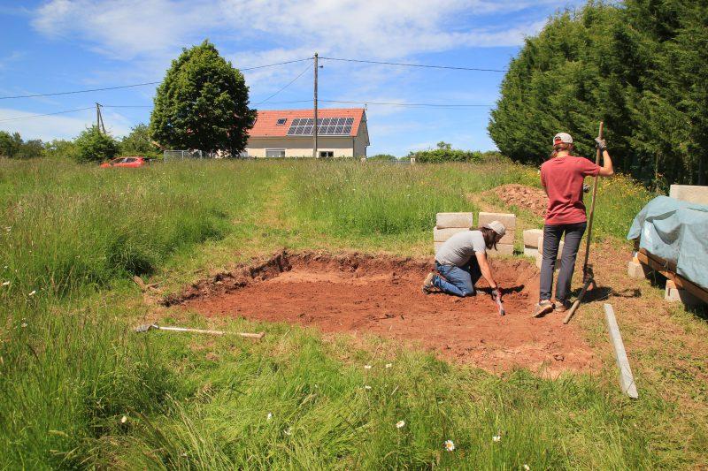 Vérification que le terrain est de niveau pour les fondations de l'abri de jardin