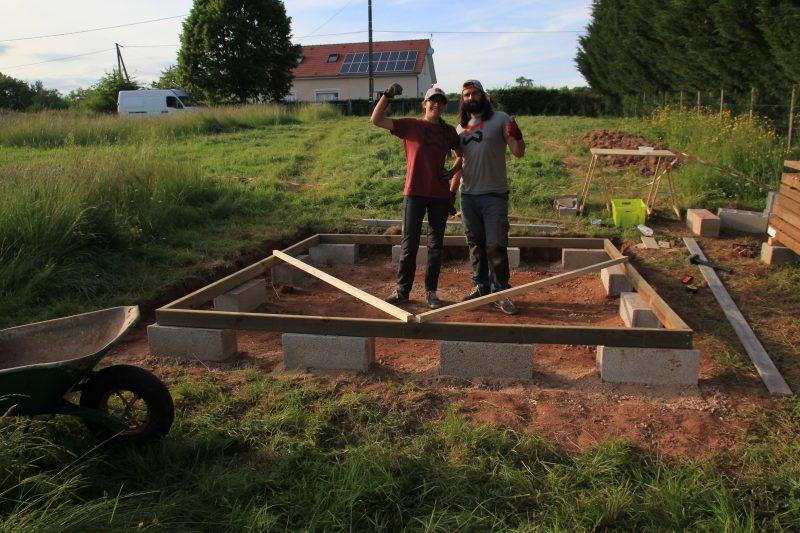 Tous les parpaings extérieurs des fondations de l'abri de jardin sont posés !