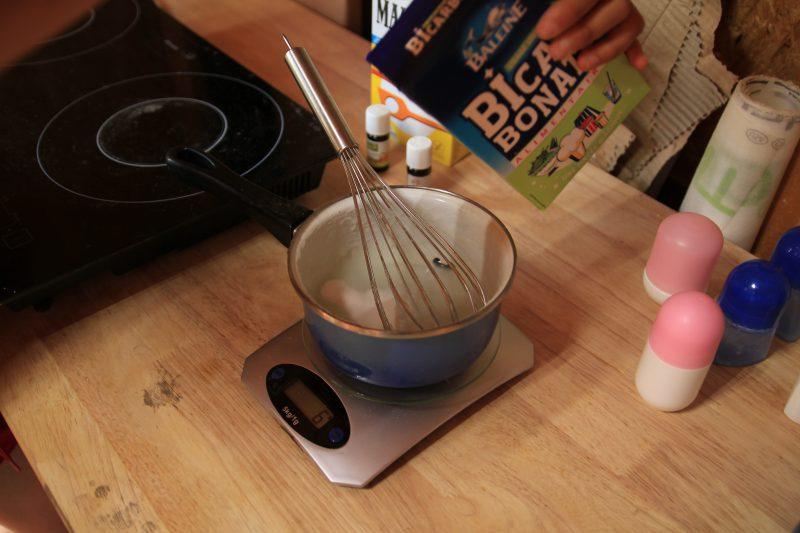 5éme étape pour le déodorant maison : Ajout du bicarbonate