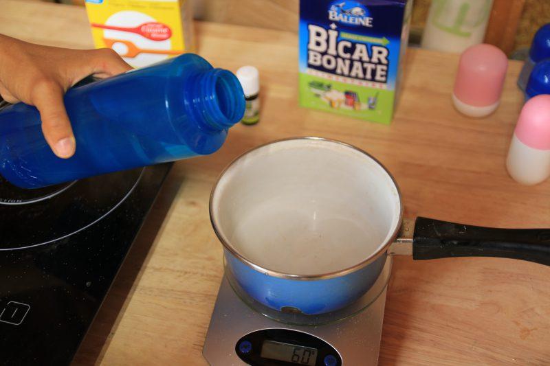 1er étape pour faire son déodorant : vers l'eau dans une casserole