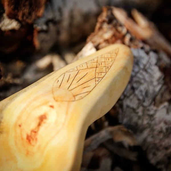 Gravure et kolrosing sur cuillère en bois