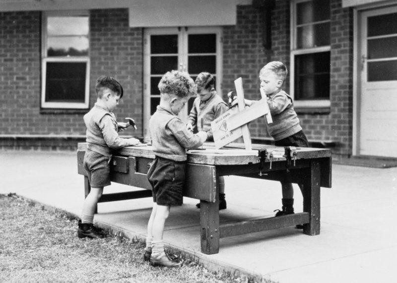 Enfants qui travaillent le bois