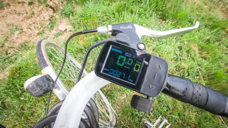 écran du vélo : vitesse, kilomètres parcourus, charge batterie