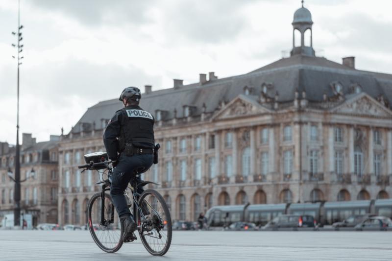 Policier en vélo
