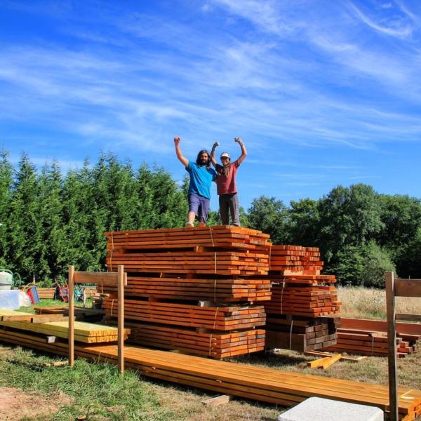 Pile et volume de bois pour construire une maison en bois