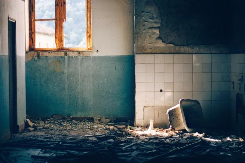 Salle de bain délabrée