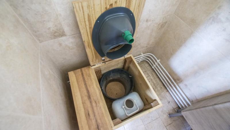 Éléments qui compose le système de séparateur d'urine des toilettes sèches